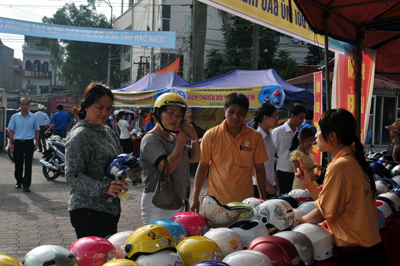 Hàng trăm người dân đổi mũ bảo hiểm đạt chuẩn