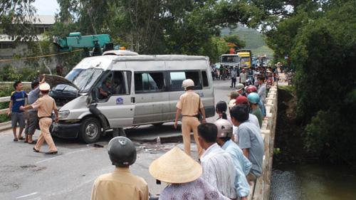 Bình Định: Lật xe 16 chỗ, 4 người bị thương