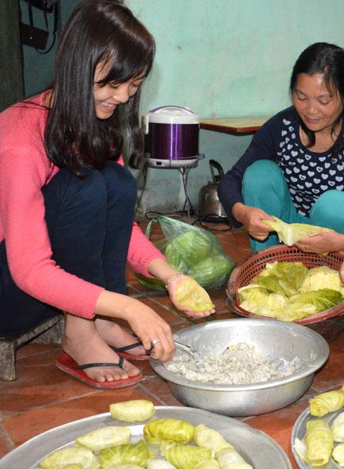 Người dân huyện Lộc Bình gói bánh mảy nhừng