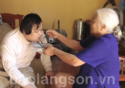 Mẹ già neo đơn nuôi con khuyết tật