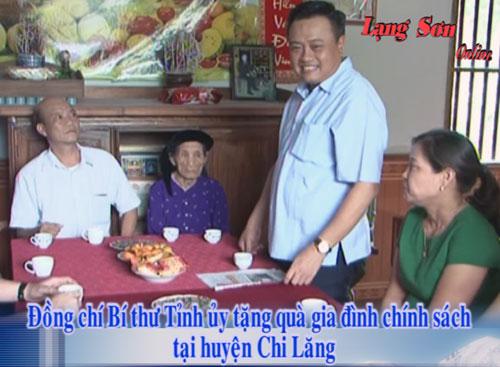 Đồng chí Bí thư Tỉnh ủy tặng quà gia đình chính sách tại huyện Chi Lăng