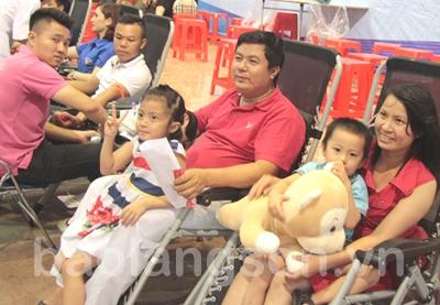 Hai vợ chồng tích cực hiến máu cứu người