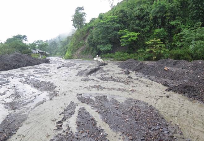 Thông tuyến Quốc lộ 12 đoạn qua Điện Biên sau sự cố sạt lở đất đá