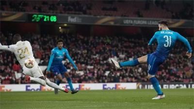 Thua sát nút 1-2, Arsenal vượt qua vòng 1/16 Europa League