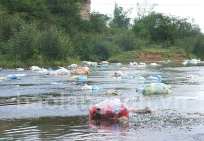 Dân vô tư xả rác ra sông, suối