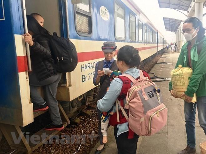 Hành khách lần đầu được đặt, mua vé tàu trên ứng dụng di động