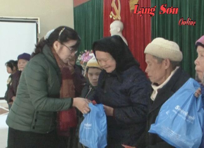 Tặng quà tết cho các đối tượng Trung tâm Bảo trợ xã hội