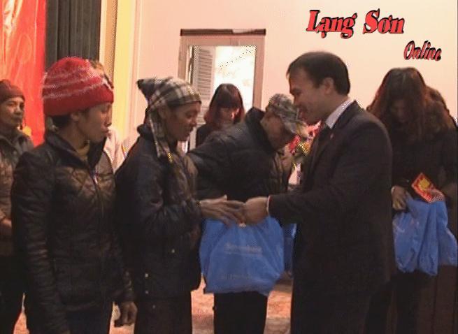154 suất quà tết cho các đối tượng khó khăn huyện Văn Lãng