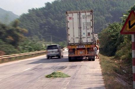Cảnh báo tai nạn giao thông do xe ô tô đỗ, dừng không có biển báo hiệu nguy hiểm