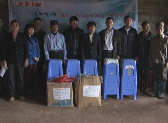 Liên Chi đoàn tặng trang thiết bị cho nhà văn hóa thôn Bản Rọi, xã Thanh Lòa (Cao Lộc)