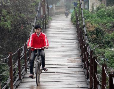Cầu treo khu Na Đâu xuống cấp nghiêm trọng