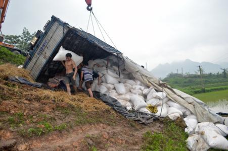 Xe tải lật nhào, hơn chục tấn hồ tiêu đổ xuống ruộng