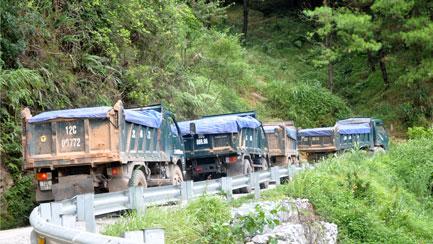 """Xe tải """"cày"""" nát đường lên Khu Du lịch Mẫu Sơn"""