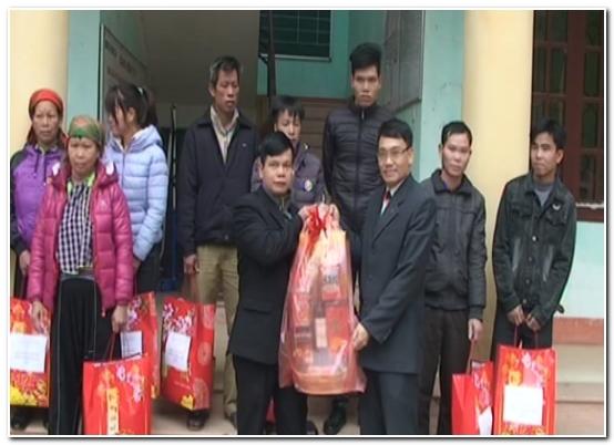 Báo Lạng Sơn: Tặng quà tết cho hộ nghèo tại xã Thanh Lòa