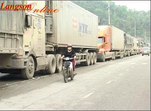 Hàng trăm phương tiện chở hàng chậm thông quan tại khu vực cửa khẩu Tân Thanh