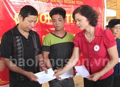 Hỗ trợ 2 tấn gạo cho người nghèo huyện Văn Quan