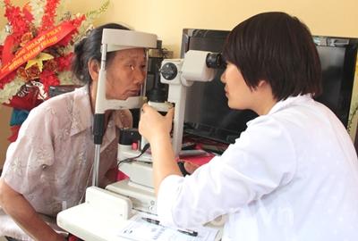 Khám, chữa bệnh nhân đạo các bệnh về mắt tại Bình Gia