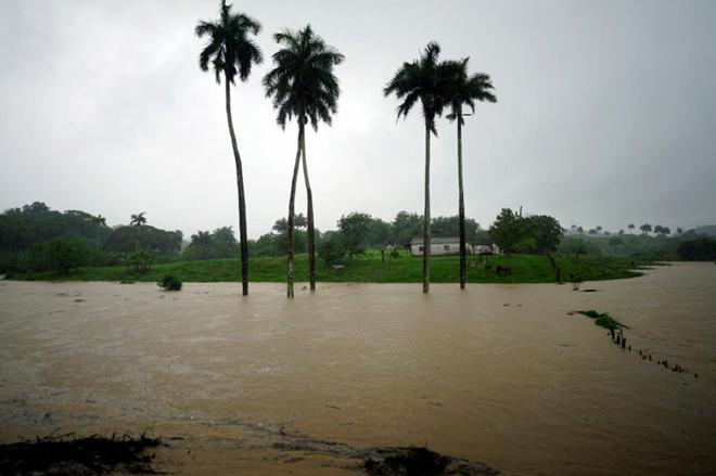 Hai bang của Mỹ ban bố tình trạng khẩn cấp đối phó với bão