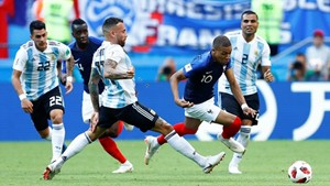 Mbappe, Cavani tiễn Messi và Ronaldo về nước