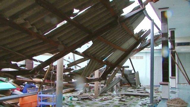 Lốc xoáy gây tốc mái, sập tường nhiều căn nhà ở Bình Thuận
