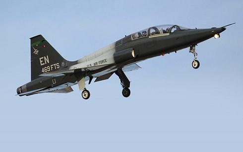 Máy bay quân sự T-38 Talon Mỹ đâm đầu xuống đất và bốc cháy