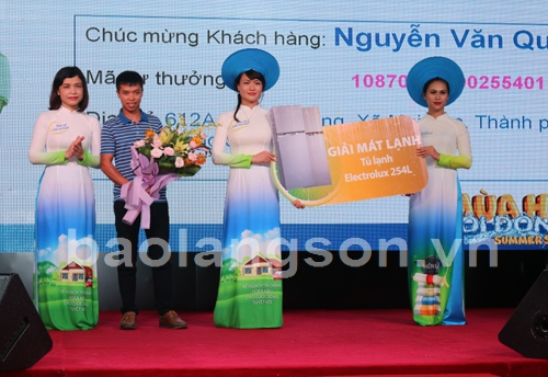 Bảo Việt trao xe Mercedes-Benz C200 2018  cho khách hàng trúng giải  tại Lạng Sơn