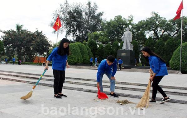 Đoàn viên thanh niên vệ sinh khu vực khuôn viên tượng đài đồng chí Hoàng Văn Thụ