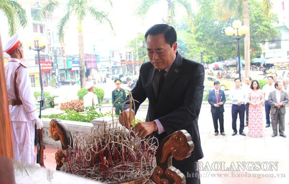 Đoàn đại biểu Đại hội Thể dục thể thao Lạng Sơn dâng hương khuôn viên lưu niệm Chủ tịch Hồ Chí Minh
