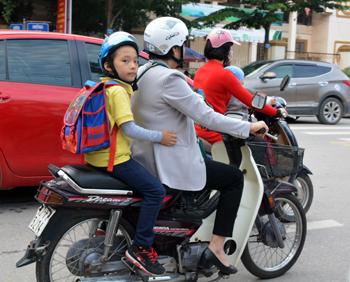 Đội mũ bảo hiểm cho trẻ: Đảm bảo an toàn giao thông