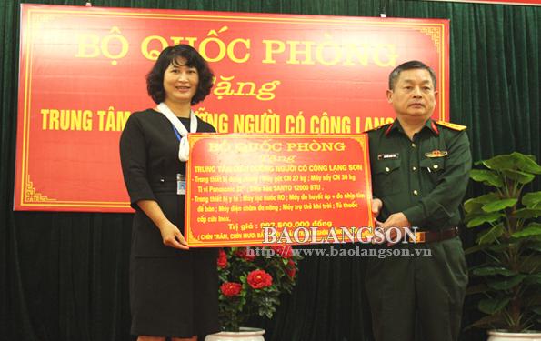 Bộ Quốc phòng tặng trang thiết bị trị giá gần 1 tỷ đồng cho Trung tâm Điều dưỡng người có công Lạng Sơn