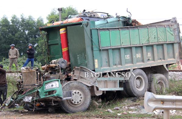 Lạng Sơn: Băng qua đường tàu, xe tải bị hư hỏng nặng