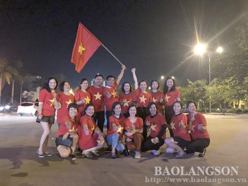 Cổ động viên xuống đường mừng chiến thắng của đội tuyển Việt Nam