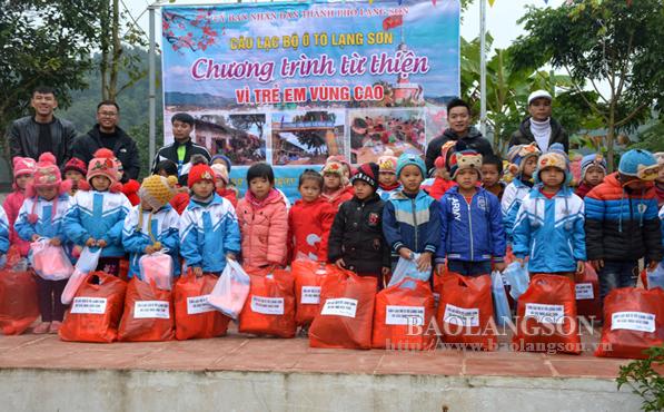 CLB ô tô Lạng Sơn tặng trên 100 suất quà  cho học sinh trường tiểu học Vân An