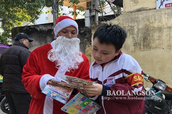 Nở rộ dịch vụ chuyển quà Noel