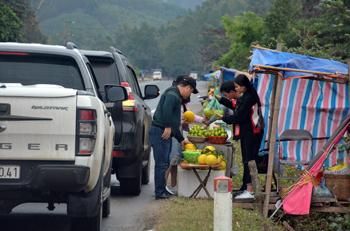 Bán nông sản trên đường: Nguy cơ mất an toàn giao thông
