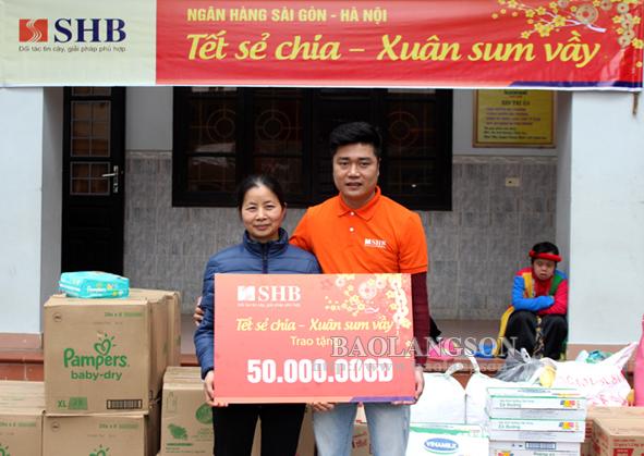 SHB Lạng Sơn tặng quà tại Mái ấm tình thương Vinh Sơn