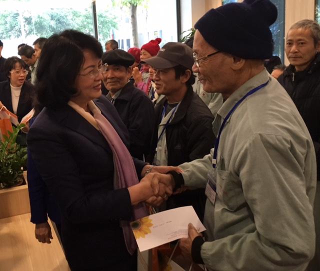 Phó Chủ tịch nước tặng quà Tết cho bệnh nhân ung thư nghèo