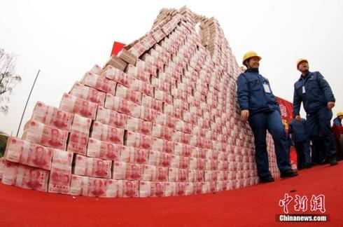 Công ty Trung Quốc chất tiền như núi để thưởng nhân viên