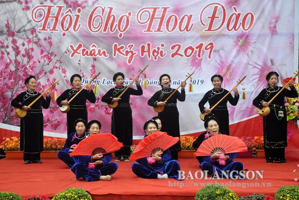 Trên 700 cây đào tham dự hội chợ hoa đào xã Quảng Lạc