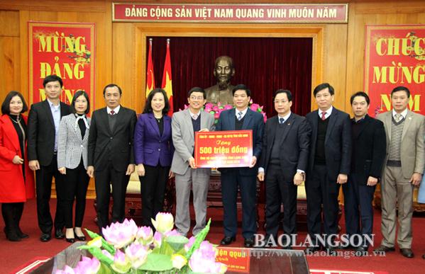 Bắc Ninh trao 500 triệu đồng ủng hộ người nghèo trên địa bàn tỉnh Lạng Sơn