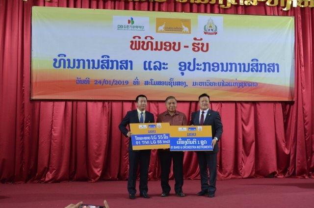 Doanh nghiệp Việt Nam trao học bổng cho sinh viên tại Lào