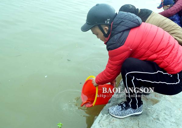 Người dân thành phố Lạng Sơn thả cá chép tiễn ông Công, ông Táo đảm bảo nếp sống văn minh