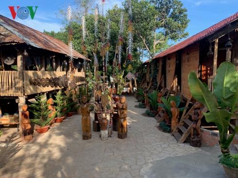 Đến làng Plei Ốp xem người Jrai làm du lịch