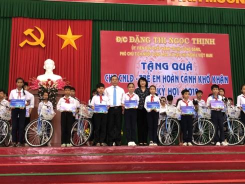 Phó Chủ tịch nước trao học bổng An sinh giáo dục cho trẻ em