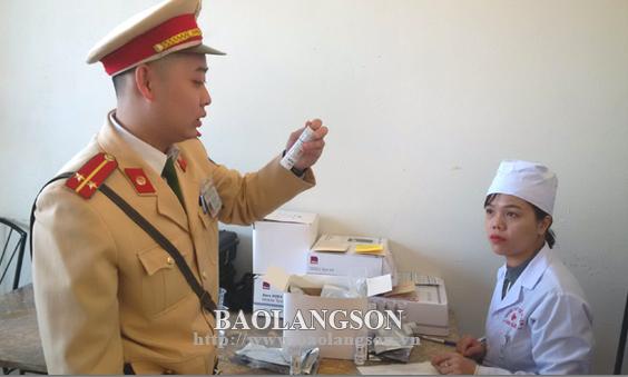 Lạng Sơn ra quân kiểm tra nồng độ cồn và ma túy đối với lái xe