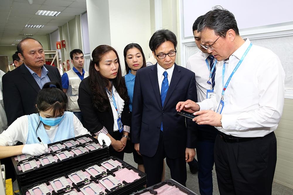 Phó Thủ tướng thăm, động viên người lao động đầu xuân mới