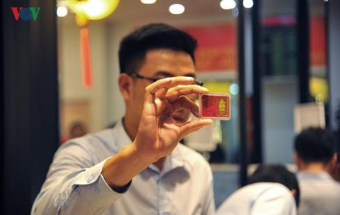 Ngày vía Thần Tài: Giá bán vàng vọt cao hơn giá mua 700.000 đồng/lượng
