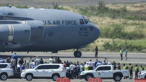 Máy bay Mỹ tới Colombia, chờ đưa hàng cứu trợ vào Venezuela