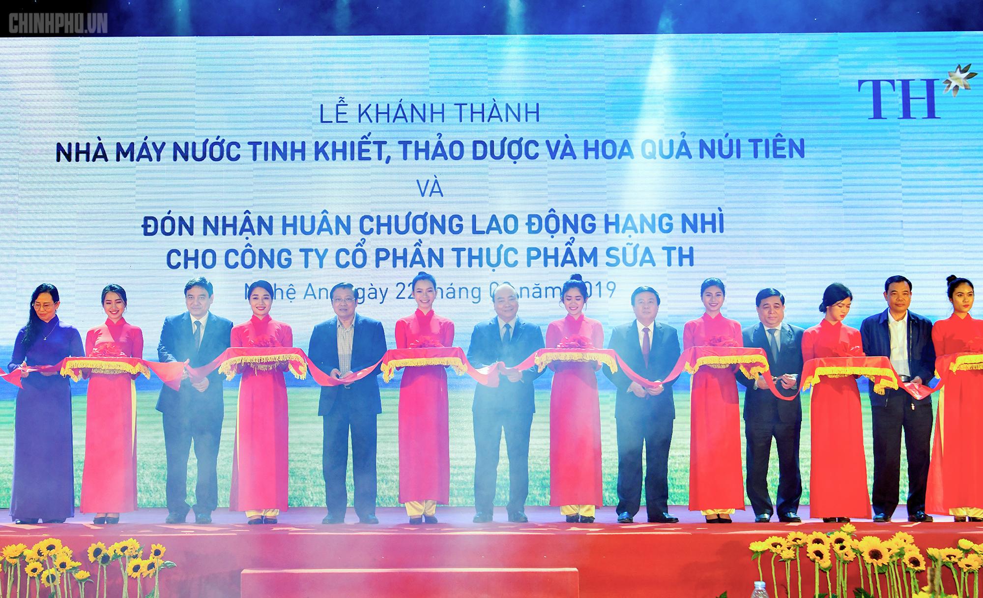 Thủ tướng dự khánh thành nhà máy nước tinh khiết, hoa quả, thảo dược lớn nhất miền Trung
