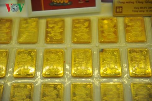 Giá vàng thế giới hôm nay lao dốc nhưng vẫn cao hơn vàng SJC